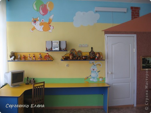 Хочу показать свою изостудию в детском саду. Дизайн комнаты,  эскиз мебели, ремонт, роспись стен, стульев, картины  - всё своими руками. Это центральная стена. Солнышко, раздвинув тучки показывает картины с временами года. фото 7