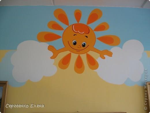 Хочу показать свою изостудию в детском саду. Дизайн комнаты,  эскиз мебели, ремонт, роспись стен, стульев, картины  - всё своими руками. Это центральная стена. Солнышко, раздвинув тучки показывает картины с временами года. фото 2