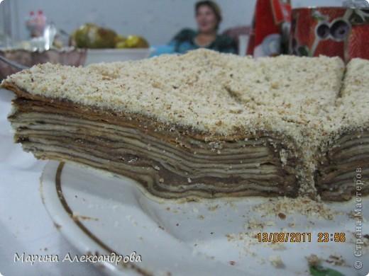 Наполеон: тесто:3шт-яйца, 1,5ст-сахара, 150гр-слив.масла, 0,5ст- кефира, 2-3ст-муки, тесто делать тугим, для того чтобы катать коржи...Тесто раскатываю примерно по диаметру блюда, на которое буду выкладывать и промазывать коржи! Крем: 1литр-молока, 1ст-сахара, 2шт-желтка, 100гр-слив.масла, 3 ст.л.-какао, 2ст.л-муки. Все взбиваю в кастрюле и ставлю на огонь, при постоянном помешивании варю крем до загустения, поставила остывать! фото 8
