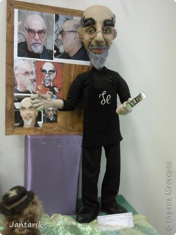 Это знаменитый повар в Израиле. Посмотрите как он похож-сзади куклы его фото. фото 1