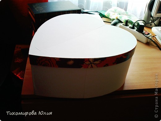 Это сердце-коробку для денежных подарков на свадьбу я сделала, взяв идею с сайта Насти Рай http://www.nastyarai.ru/box/ Подобную коробку делала наша местная мастерица  http://stranamasterov.ru/node/190144?c=favorite. Моя коробка скромнее, так просила невеста. Делюсь с вами почти всеми этапами работы, так как для меня это оказалось достаточно сложно, то, надеюсь, помогу другим. фото 7
