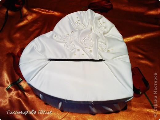 Это сердце-коробку для денежных подарков на свадьбу я сделала, взяв идею с сайта Насти Рай http://www.nastyarai.ru/box/ Подобную коробку делала наша местная мастерица  http://stranamasterov.ru/node/190144?c=favorite. Моя коробка скромнее, так просила невеста. Делюсь с вами почти всеми этапами работы, так как для меня это оказалось достаточно сложно, то, надеюсь, помогу другим. фото 1