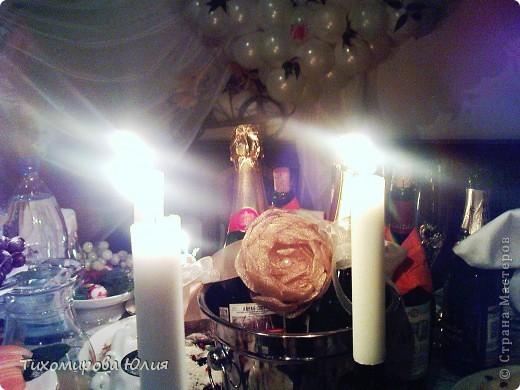 """Бокалы, из которых пили жених и невеста, были с золотой ножкой, поэтому невеста попросила сделать украшение для """"быков"""" тоже золотым. Цветок делала я, а крепили к ленте сестра невесты и другая подруга. На заднем фоне немного видны """"подсадные"""" жених и невеста :))) фото 3"""