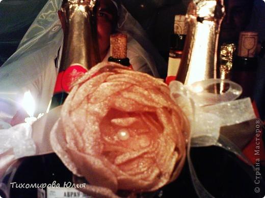 """Бокалы, из которых пили жених и невеста, были с золотой ножкой, поэтому невеста попросила сделать украшение для """"быков"""" тоже золотым. Цветок делала я, а крепили к ленте сестра невесты и другая подруга. На заднем фоне немного видны """"подсадные"""" жених и невеста :))) фото 2"""