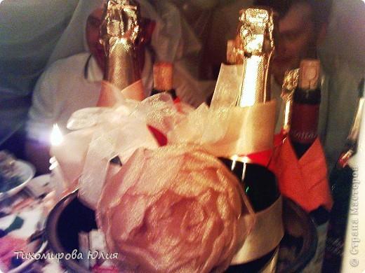 """Бокалы, из которых пили жених и невеста, были с золотой ножкой, поэтому невеста попросила сделать украшение для """"быков"""" тоже золотым. Цветок делала я, а крепили к ленте сестра невесты и другая подруга. На заднем фоне немного видны """"подсадные"""" жених и невеста :))) фото 1"""