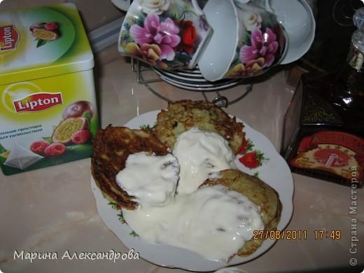 оладьи из цукини или кабачка...очищаю цукини от кожи и семян, тру на крупную терку, добавляю 2шт-яйца, соль,муку на усмотрение(тето делаю как сметану).. первые оладьи делаю без добавок для детей, для мужа выжимаю в массу чеснок, для себя и всех желающих обжаренные грибочки(либо бульонный кубик со вкусом грибов)...и много, много сметаны.... фото 1