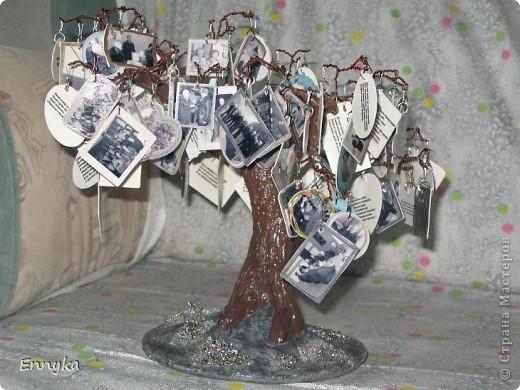 дерево с фотографиями  вместо листьев.  фото  коллеги молодого, его семейные  немного и наши с работы (везде где его нашла) фото чуть больше ста. уменьшены, обработаны в программе в компе. рамки наложила сразу. фото ч/б а рамки цветные. мне так больше нравится почемуто...  фото 2