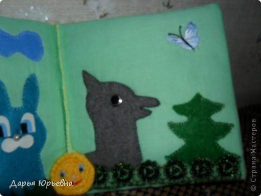 """Это обложка книги """"Колобок"""" . Сам главный герой связан крючком, остальное купленные бабочки, цветочки. фото 6"""