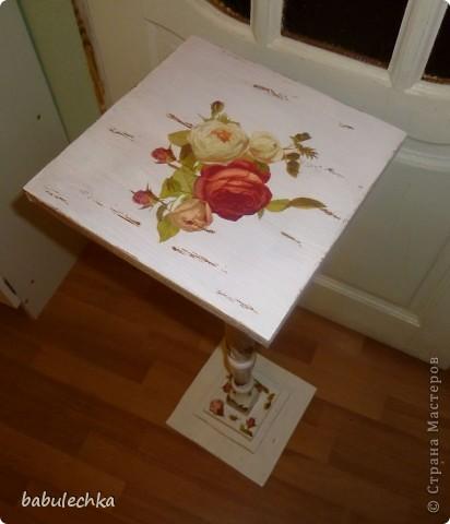 Подставка под цветы спокойно выдерживает такую вазу с цветами. фото 3
