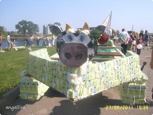 Вчера в нашем городе Елгава проходил ежегодный праздник хлеба, молока и мёда. Вэтот день проводится молочная регата. Все судна длжны быть сделаны из пустых пакетов из под молока или кефира. В этом году в регате учавствовало 36 команд!!! Смотрите и улыбайтесь! Я к сожалению сходить не смогла, репортаж делала моя доча. фото 1