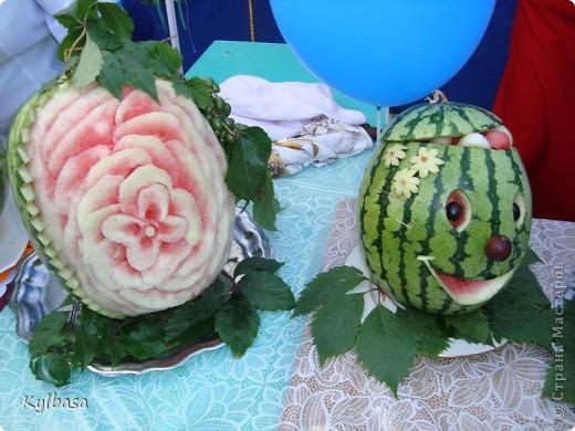 Вчера в моем городе прошел самый летний фестиваль - Праздник астраханского арбуза.  С 12 до 17 часов на центральной площади города были представлены наши арбузы во всей их красе. Смотрите, и завидуйте :) Ну, или просто порадуйтесь вместе с нами.  фото 11