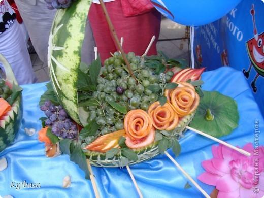 Вчера в моем городе прошел самый летний фестиваль - Праздник астраханского арбуза.  С 12 до 17 часов на центральной площади города были представлены наши арбузы во всей их красе. Смотрите, и завидуйте :) Ну, или просто порадуйтесь вместе с нами.  фото 15