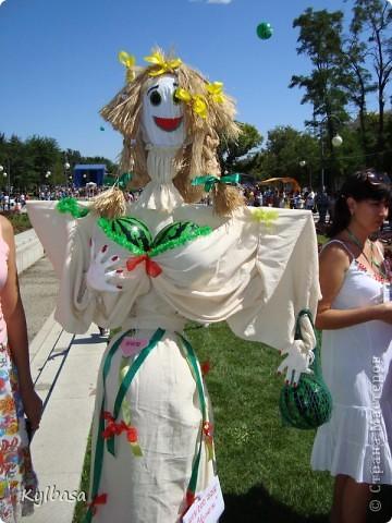 Вчера в моем городе прошел самый летний фестиваль - Праздник астраханского арбуза.  С 12 до 17 часов на центральной площади города были представлены наши арбузы во всей их красе. Смотрите, и завидуйте :) Ну, или просто порадуйтесь вместе с нами.  фото 21