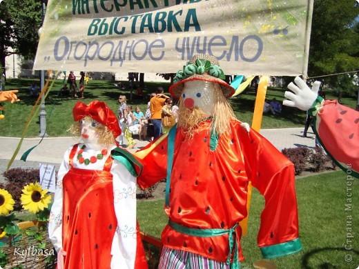 Вчера в моем городе прошел самый летний фестиваль - Праздник астраханского арбуза.  С 12 до 17 часов на центральной площади города были представлены наши арбузы во всей их красе. Смотрите, и завидуйте :) Ну, или просто порадуйтесь вместе с нами.  фото 25