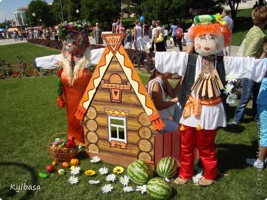 Вчера в моем городе прошел самый летний фестиваль - Праздник астраханского арбуза.  С 12 до 17 часов на центральной площади города были представлены наши арбузы во всей их красе. Смотрите, и завидуйте :) Ну, или просто порадуйтесь вместе с нами.  фото 27