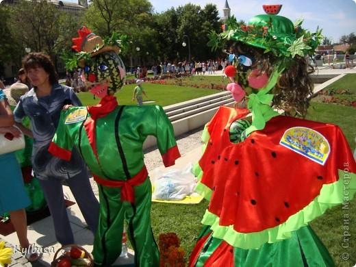 Вчера в моем городе прошел самый летний фестиваль - Праздник астраханского арбуза.  С 12 до 17 часов на центральной площади города были представлены наши арбузы во всей их красе. Смотрите, и завидуйте :) Ну, или просто порадуйтесь вместе с нами.  фото 29
