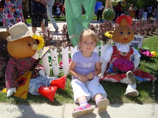 Вчера в моем городе прошел самый летний фестиваль - Праздник астраханского арбуза.  С 12 до 17 часов на центральной площади города были представлены наши арбузы во всей их красе. Смотрите, и завидуйте :) Ну, или просто порадуйтесь вместе с нами.  фото 33