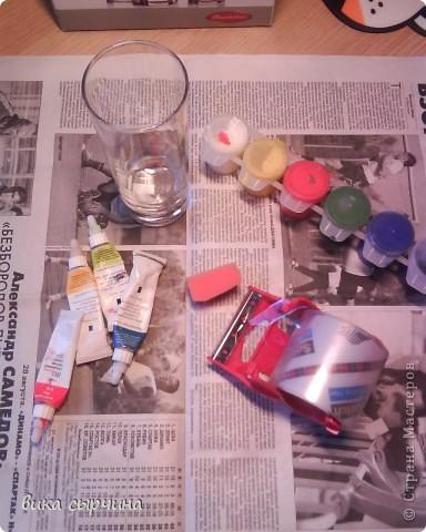 ВСЕМ ПРИВЕТ!  сегодня я покажу как декорировать стакан) нам понадобится: стакан                                                                        гуашь(лучше витражи)                                              скотч                                               кусочек губки                                               контуры. фото 1