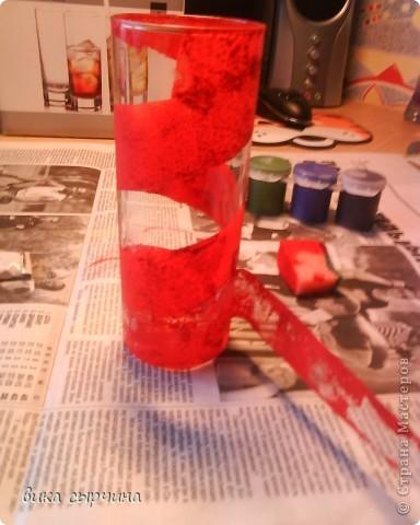 ВСЕМ ПРИВЕТ!  сегодня я покажу как декорировать стакан) нам понадобится: стакан                                                                        гуашь(лучше витражи)                                              скотч                                               кусочек губки                                               контуры. фото 5