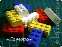 Вот такой браслетик Вы сможете сделать из кубиков ЛЕГО. Вам понадобяться:  ☻кирпичики от ЛЕГО  ☻ тоненькая резиночка  ☻ игла  ☻бусинки (по желанию) фото 2