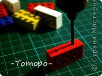 Вот такой браслетик Вы сможете сделать из кубиков ЛЕГО. Вам понадобяться:  ☻кирпичики от ЛЕГО  ☻ тоненькая резиночка  ☻ игла  ☻бусинки (по желанию) фото 3
