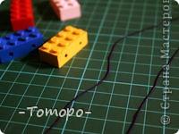Вот такой браслетик Вы сможете сделать из кубиков ЛЕГО. Вам понадобяться:  ☻кирпичики от ЛЕГО  ☻ тоненькая резиночка  ☻ игла  ☻бусинки (по желанию) фото 4