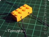 Вот такой браслетик Вы сможете сделать из кубиков ЛЕГО. Вам понадобяться:  ☻кирпичики от ЛЕГО  ☻ тоненькая резиночка  ☻ игла  ☻бусинки (по желанию) фото 5