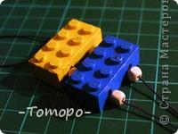 Вот такой браслетик Вы сможете сделать из кубиков ЛЕГО. Вам понадобяться:  ☻кирпичики от ЛЕГО  ☻ тоненькая резиночка  ☻ игла  ☻бусинки (по желанию) фото 7
