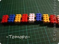 Вот такой браслетик Вы сможете сделать из кубиков ЛЕГО. Вам понадобяться:  ☻кирпичики от ЛЕГО  ☻ тоненькая резиночка  ☻ игла  ☻бусинки (по желанию) фото 8