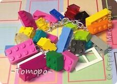 Вот такой браслетик Вы сможете сделать из кубиков ЛЕГО. Вам понадобяться:  ☻кирпичики от ЛЕГО  ☻ тоненькая резиночка  ☻ игла  ☻бусинки (по желанию) фото 12