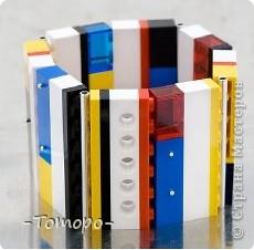 Вот такой браслетик Вы сможете сделать из кубиков ЛЕГО. Вам понадобяться:  ☻кирпичики от ЛЕГО  ☻ тоненькая резиночка  ☻ игла  ☻бусинки (по желанию) фото 10