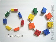 Вот такой браслетик Вы сможете сделать из кубиков ЛЕГО. Вам понадобяться:  ☻кирпичики от ЛЕГО  ☻ тоненькая резиночка  ☻ игла  ☻бусинки (по желанию) фото 1