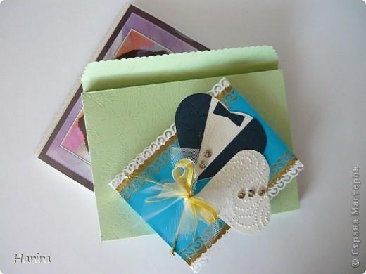 Собираясь на свадьбу многие дарят деньги. Но просто положить купюры в конвертик уже не так актуально. Хочется, чтобы такой подарок был оригинальным и запомнился надолго. Очень интересные идеи по этому поводу есть у Хризантемы http://stranamasterov.ru/node/221143. Она предлагает в файлы фотоальбома положить картинки с пожеланиями молодоженам и на каждую страницу - купюру.  Я немного доработала эту идею и сделала красивую упаковку для фотоальбома. Вот как это выглядит в собранном виде. Идея сердечек  подсмотрена мною у k.aktus. Спасибо всем за помощь! Получилась приятная вещица. фото 2