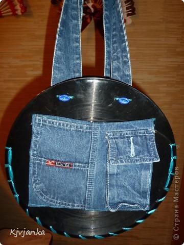 Вот такая у меня получилась сумочка из виниловых пластинок и джинс. 3 кармашка впереди... фото 1