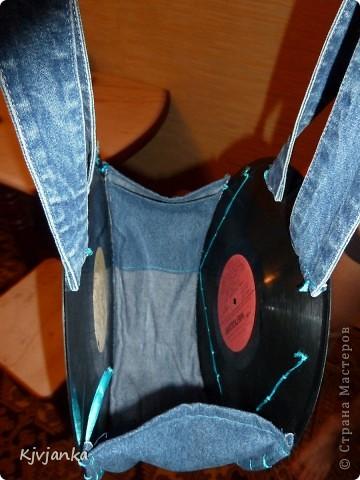 Вот такая у меня получилась сумочка из виниловых пластинок и джинс. 3 кармашка впереди... фото 2