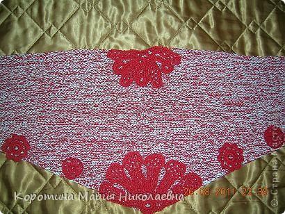 К новому белому беретику и красному пальто понадобился шарф. Презент от Голубки - как раз кстати - никогда не вязала треугольный шарф! Решила попробовать и вот что получилось! фото 4
