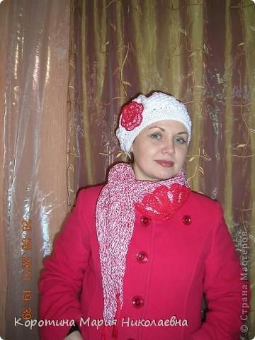 К новому белому беретику и красному пальто понадобился шарф. Презент от Голубки - как раз кстати - никогда не вязала треугольный шарф! Решила попробовать и вот что получилось! фото 1