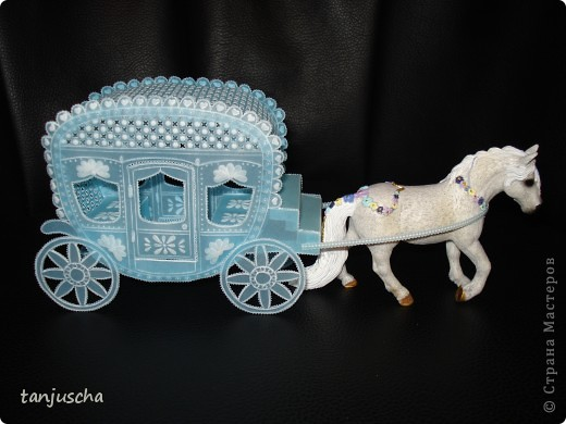 На этот раз у меня карета. Карета сделана из голубого пергамента. Размер кареты 9,5 x8,5см.  фото 1