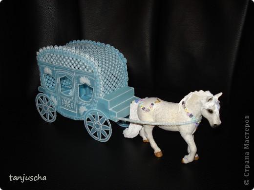 На этот раз у меня карета. Карета сделана из голубого пергамента. Размер кареты 9,5 x8,5см.  фото 7