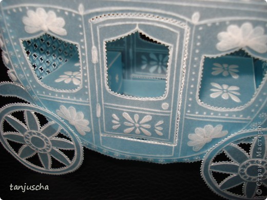 На этот раз у меня карета. Карета сделана из голубого пергамента. Размер кареты 9,5 x8,5см.  фото 4