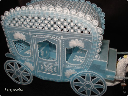 На этот раз у меня карета. Карета сделана из голубого пергамента. Размер кареты 9,5 x8,5см.  фото 3