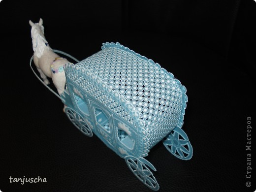 На этот раз у меня карета. Карета сделана из голубого пергамента. Размер кареты 9,5 x8,5см.  фото 2