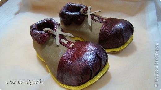 Вот такие ботиночки я сделала вчера для будущей куклы - клоуна. Рант (кант) сделан жёлтым, т.к. в костюме этот цвет будет присутствовать. фото 1
