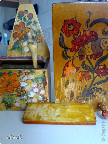 Старые деревянные солонка и полка,очень плачевного вида...после некоторых манипуляций превратились во вполне  нормального вида кухонные вещички фото 6