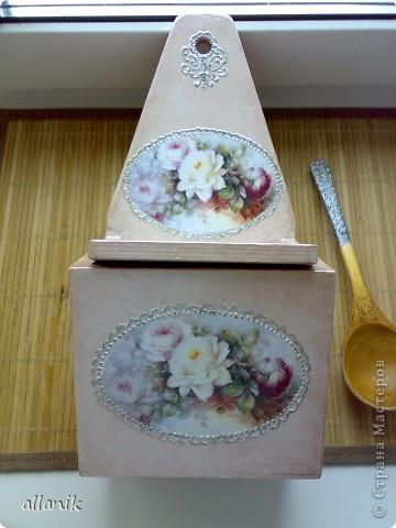 Старые деревянные солонка и полка,очень плачевного вида...после некоторых манипуляций превратились во вполне  нормального вида кухонные вещички фото 2