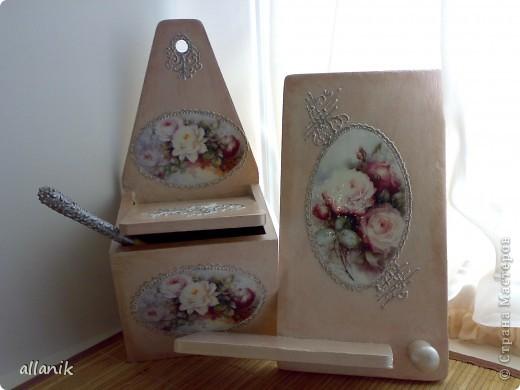 Старые деревянные солонка и полка,очень плачевного вида...после некоторых манипуляций превратились во вполне  нормального вида кухонные вещички фото 1