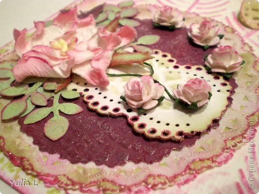 """Такую открытку сделала для своей тёти на память о днях, которые она провела у нас этим летом.  В работе использовала бумагу для акварели, скрап-бумагу, цветы гардении и роз, дырокольные бордюры, листья и бабочки, полубусины. Тонировка дистрессинговыми чернилами и штампинг. Тиснение двух видов - """"под крокодилову кожу"""" и перья. фото 3"""