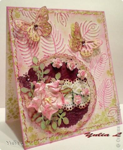 """Такую открытку сделала для своей тёти на память о днях, которые она провела у нас этим летом.  В работе использовала бумагу для акварели, скрап-бумагу, цветы гардении и роз, дырокольные бордюры, листья и бабочки, полубусины. Тонировка дистрессинговыми чернилами и штампинг. Тиснение двух видов - """"под крокодилову кожу"""" и перья. фото 1"""