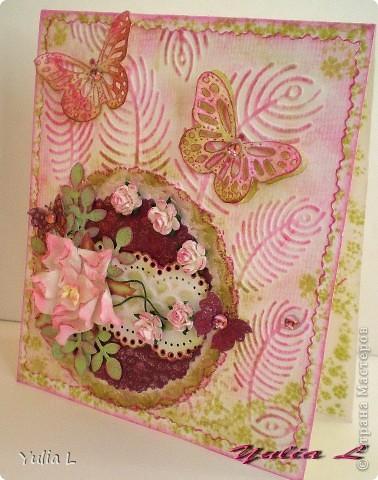 """Такую открытку сделала для своей тёти на память о днях, которые она провела у нас этим летом.  В работе использовала бумагу для акварели, скрап-бумагу, цветы гардении и роз, дырокольные бордюры, листья и бабочки, полубусины. Тонировка дистрессинговыми чернилами и штампинг. Тиснение двух видов - """"под крокодилову кожу"""" и перья. фото 4"""