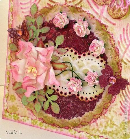 """Такую открытку сделала для своей тёти на память о днях, которые она провела у нас этим летом.  В работе использовала бумагу для акварели, скрап-бумагу, цветы гардении и роз, дырокольные бордюры, листья и бабочки, полубусины. Тонировка дистрессинговыми чернилами и штампинг. Тиснение двух видов - """"под крокодилову кожу"""" и перья. фото 2"""
